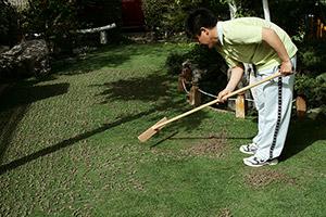 この目土ならしレーキを使えば、エアレーションで抜いた土(コア)を簡単にかき集めることができます。樹脂のレーキは芝生を傷めることがなくコアを集めることができるのでおすすめです。
